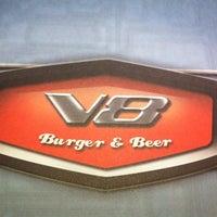 Снимок сделан в V8 Burger & Beer пользователем Talita M. 1/11/2014