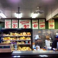 Foto tomada en Jimmy's Food Store por Andy Y. el 3/27/2013