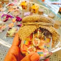 Das Foto wurde bei Büyükada Şekercisi Candy Island Cafe Patisserie von Çiler Ş. am 5/21/2015 aufgenommen