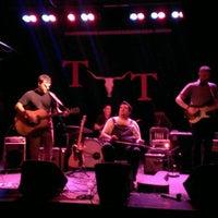 Das Foto wurde bei Tractor Tavern von Jeff B. am 6/19/2013 aufgenommen