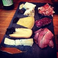 Снимок сделан в Murray's Cheese Bar пользователем Henry S. 5/15/2013