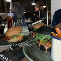 Das Foto wurde bei WOLF Burger&Steak von Yousef D. am 9/25/2018 aufgenommen