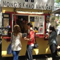 Foto tomada en Nong's Khao Man Gai por Paul W. el 5/3/2013