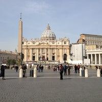 Foto diambil di Piazza San Pietro oleh Katerina👑🔨💍 I. pada 3/23/2013