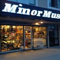 2/28/2014 tarihinde Can Y.ziyaretçi tarafından Minör Music'de çekilen fotoğraf