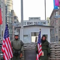 Das Foto wurde bei Checkpoint Charlie von JuanCastromil am 1/26/2013 aufgenommen