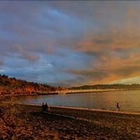 Foto tirada no(a) Golden Gardens Park por Tatiana R. em 10/22/2012