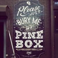 รูปภาพถ่ายที่ Pine Box Rock Shop โดย Iain B. เมื่อ 6/29/2013