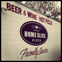Foto scattata a Home Slice Pizza da Jorge A. il 4/8/2013