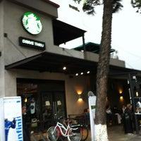 Снимок сделан в Starbucks пользователем Irasema R. 7/17/2012