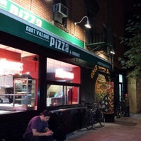 Photo prise au East Village Pizza par Salih B. le9/22/2013