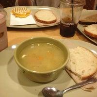Photo prise au Panera Bread par Daniela F. le9/28/2013