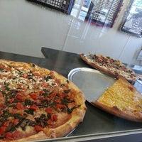 Foto tomada en Ian's Pizza por Tyler J. el 1/4/2013