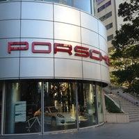 12/8/2012 tarihinde Goki. U.ziyaretçi tarafından Porsche Center Ginza / ポルシェセンター銀座'de çekilen fotoğraf