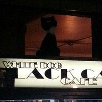 รูปภาพถ่ายที่ White Dog Black Cat Cafe โดย Tory A. เมื่อ 3/24/2013