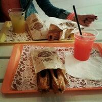 รูปภาพถ่ายที่ Burrito Madre โดย Jelena S. เมื่อ 10/1/2014