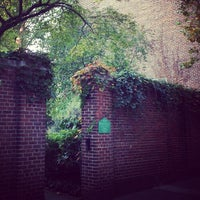 Photo prise au The Garden at St. Luke in the Fields par Anthony L. le10/21/2012