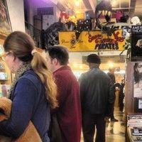 Das Foto wurde bei Drama Book Shop von Anthony L. am 3/24/2013 aufgenommen