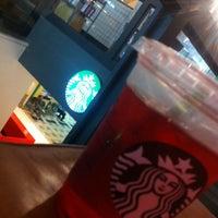 Foto tirada no(a) Starbucks por Amanda S. em 2/9/2014