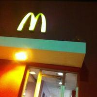 Foto tirada no(a) McDonald's por Roberta C. em 4/15/2013