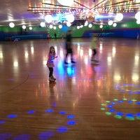 รูปภาพถ่ายที่ Skateville Family Rollerskating Center โดย Katie H. เมื่อ 2/26/2014