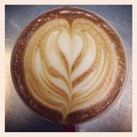 Photo prise au New World Coffee House par AJ V. le7/13/2013
