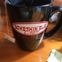 รูปภาพถ่ายที่ Somethin' Else Café โดย Chloe P. เมื่อ 6/5/2014