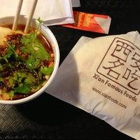 Foto tomada en Xi'an Famous Foods por Thomas P. el 9/6/2013