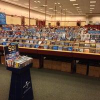 Foto scattata a Barnes & Noble da Azmi M. il 5/13/2014