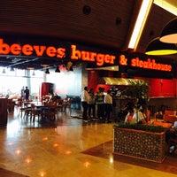 Foto tirada no(a) Beeves Burger & Steak house por HŞ em 5/25/2014