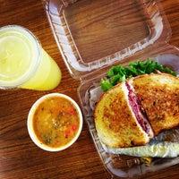 Foto scattata a Simply Soup Salad  & Sandwiches da Mike R. il 6/18/2013