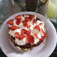 Das Foto wurde bei Waffle Era Tea Room von Brittany C. am 9/30/2012 aufgenommen