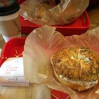 Photo prise au New York City Bagel & Coffee House par Leah C. le1/30/2015