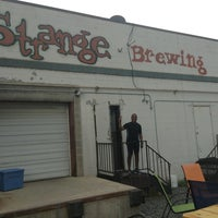 รูปภาพถ่ายที่ Strange Craft Beer Company โดย Wilbert C. เมื่อ 6/29/2013