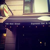 4/19/2013 tarihinde Enric A.ziyaretçi tarafından Nolita Mart & Espresso Bar'de çekilen fotoğraf
