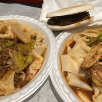Foto scattata a Xi'an Famous Foods da Noah W. il 3/31/2016