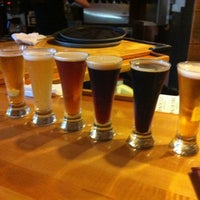 Foto scattata a Outer Banks Brewing Station da Lilchelpz il 7/3/2012