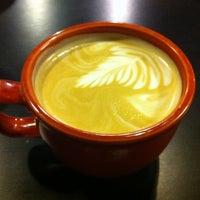 Foto tirada no(a) Roots Coffeehouse por Sonja 'QD' D. em 2/11/2012