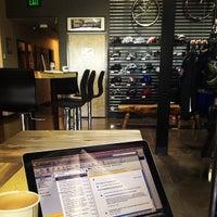 Foto tirada no(a) Cafe Velo por Spence S. em 5/3/2012