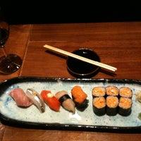 Foto tomada en Blue Ribbon Sushi por Hank S. el 4/22/2012