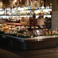 Das Foto wurde bei eatZi's Market & Bakery von Mark D. am 3/22/2012 aufgenommen