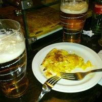 Foto tirada no(a) Bodega La Ardosa por FranCa em 3/31/2012