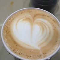 Foto scattata a Klatch Coffee da Tina M. il 7/22/2013