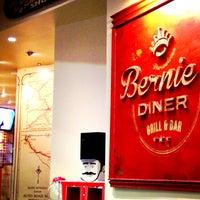 Foto tirada no(a) Bernie's Diner por Ruben G. em 1/4/2013
