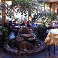 Foto tirada no(a) Cafe Flora por Tim O. em 11/10/2012