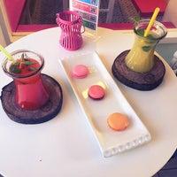 Das Foto wurde bei Büyükada Şekercisi Candy Island Cafe Patisserie von Derya ç. am 4/22/2016 aufgenommen