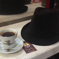 Das Foto wurde bei Conde De Medellin Especiality Cafeteria von Jon D. am 11/23/2013 aufgenommen