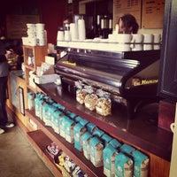 10/21/2012 tarihinde Lauren H.ziyaretçi tarafından Bird Rock Coffee Roasters'de çekilen fotoğraf