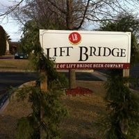 Foto tirada no(a) Lift Bridge Brewing Company por Derek em 12/8/2012