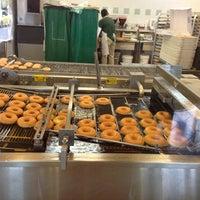 Das Foto wurde bei Krispy Kreme Doughnuts von abishek r. am 9/14/2013 aufgenommen